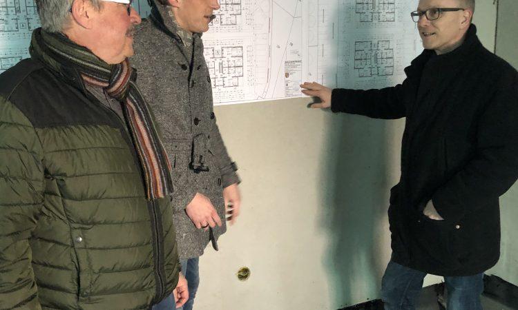 In der Stadt Mendig können wir uns anschauen, wie sozialer Wohnungsbau funktioniert. 24 Wohnungen entstehen dort gerade. Das Tolle daran sind die späteren Mieten: 4,60 € pro Quadratmeter kosten die Wohnungen, die zwischen 65 und 76 m² groß sind.